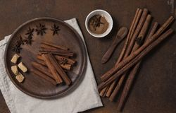 Cinammon ραβδιών σκονών καφετιά ζάχαρη άποψης πιάτων τοπ monotone στοκ εικόνα