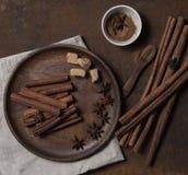 Cinammon ραβδιών σκονών καφετιά ζάχαρη άποψης πιάτων τοπ monotone στοκ φωτογραφίες
