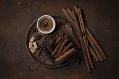 Cinammon ραβδιών σκονών καφετιά ζάχαρη άποψης πιάτων τοπ monotone στοκ φωτογραφία με δικαίωμα ελεύθερης χρήσης