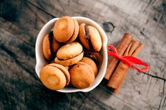 Cinamon e cookies no fundo de madeira Fotografia de Stock Royalty Free