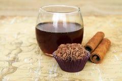 Cinamon e miele di sapore del tartufo di cioccolato fotografia stock libera da diritti