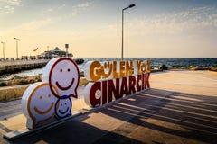 Cinarcik商标的微笑的面孔在镇中心 免版税库存图片