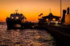 Cinarcik镇在日落的轮渡口岸 图库摄影