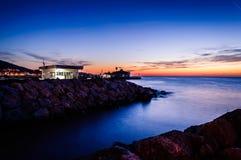 Cinarcik镇在日落的轮渡口岸 库存图片