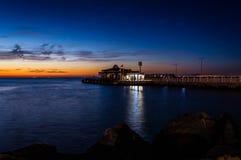 Cinarcik镇在日落的轮渡口岸 免版税库存图片