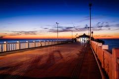 Cinarcik镇在日落的轮渡口岸 免版税图库摄影