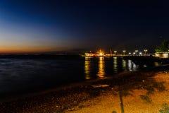Cinarcik镇在日落的轮渡口岸 库存照片