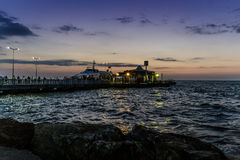 Cinarcik镇在日落的轮渡口岸 免版税库存照片