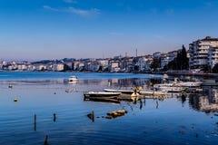 Cinarcik镇小游艇船坞和海口 图库摄影