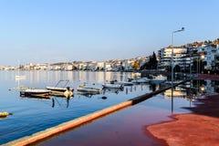 Cinarcik镇小游艇船坞和海口 库存照片