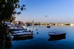 Cinarcik镇小游艇船坞和海口 库存图片