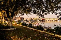 Cinarcik镇小游艇船坞和海口 免版税库存图片