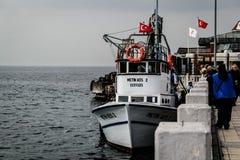 Cinarcik镇的渔夫 图库摄影