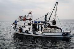 Cinarcik镇的渔夫 免版税库存照片
