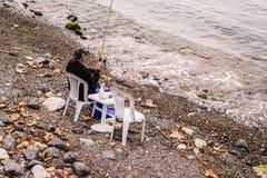Cinarcik镇的渔夫 免版税库存图片
