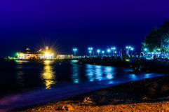Cinarcik镇轮渡口岸和公园在晚上 免版税库存图片