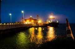 Cinarcik镇轮渡口岸在晚上 库存图片