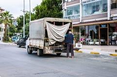 Cinarcik镇-土耳其海边街道夏天日落的 免版税库存照片