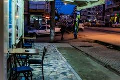 Cinarcik-Stadt am Abend Lizenzfreie Stockbilder