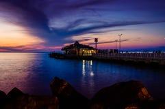 Cinarcik-Stadtfährhafen am Abend Lizenzfreies Stockfoto