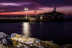 Cinarcik-Stadtseehafen am Abend Lizenzfreie Stockfotos