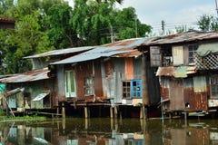 Cinc de los apartamentos de la orilla Muestra la pobreza de la gente Fotos de archivo libres de regalías