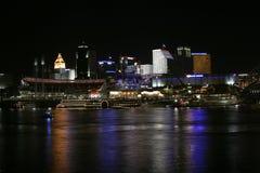 Cincinnati céntrica por noche fotos de archivo