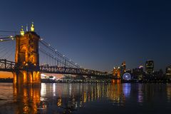 Cincinnati mit SkyStar-Rad lizenzfreie stockfotografie