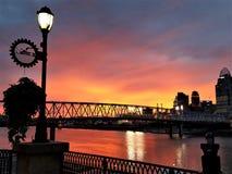 Cincinnati-Ufergegend bei Sonnenuntergang Stockfotografie