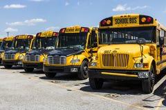 Cincinnati - vers en mai 2017 : Autobus scolaires jaunes dans un sort de secteur attendant pour partir pour des étudiants II Image stock