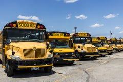 Cincinnati - vers en mai 2017 : Autobus scolaires jaunes dans un sort de secteur attendant pour partir pour des étudiants III Photo stock