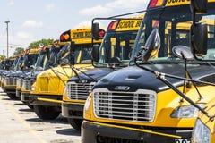Cincinnati - vers en mai 2017 : Autobus scolaires jaunes dans un sort de secteur attendant pour partir pour des étudiants IV Images stock