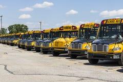 Cincinnati - vers en mai 2017 : Autobus scolaires jaunes dans un sort de secteur attendant pour partir pour des étudiants V Image stock