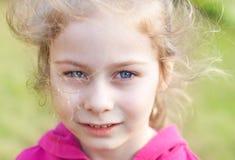 Cinco años de la muchacha rubia caucásica del niño Fotografía de archivo libre de regalías