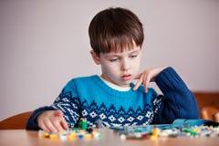 Cinco años del muchacho que juega con las unidades de creación Imagen de archivo libre de regalías