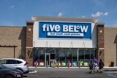 Cinco abaixo da loja Cinco s?o abaixo uma corrente essa os produtos das vendas que custam at? $5 III fotos de stock royalty free