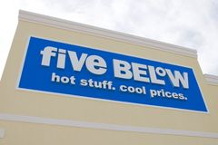 Cinco abaixo do sinal da loja fotos de stock