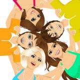 Cinco adolescentes de sorriso felizes novos Foto de Stock Royalty Free
