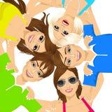 Cinco adolescentes sonrientes felices jovenes Foto de archivo libre de regalías