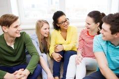 Cinco adolescentes sonrientes que se divierten en casa Foto de archivo libre de regalías