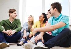 Cinco adolescentes sonrientes que se divierten en casa Fotografía de archivo libre de regalías