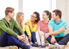 Cinco adolescentes sonrientes que se divierten en casa Foto de archivo