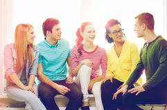 Cinco adolescentes sonrientes que se divierten en casa Fotos de archivo libres de regalías