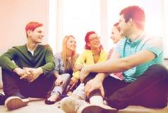 Cinco adolescentes sonrientes que se divierten en casa Imagen de archivo