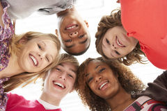 Cinco amigos adolescentes que olham para baixo na câmera imagens de stock