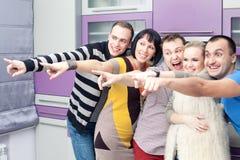Cinco amigos cercanos que disfrutan de una reunión social junto Fotos de archivo libres de regalías