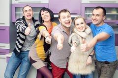 Cinco amigos cercanos que disfrutan de una reunión social junto Foto de archivo libre de regalías