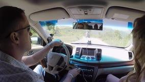 Cinco amigos que conducen en coche metrajes