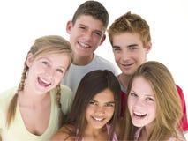 Cinco amigos que sorriem junto Fotos de Stock Royalty Free