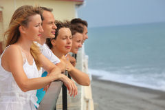 Cinco amigos sonrientes en balcón Foto de archivo libre de regalías